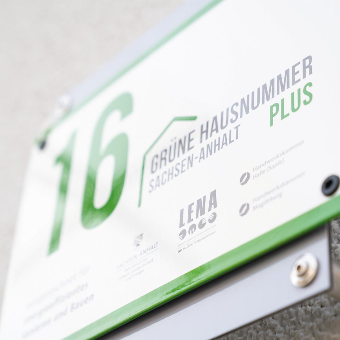 Die Grüne Hausnummer Sachsen-Anhalt ist ein Auszeichnungswettbewerb der Landesenergieagentur für ökologisches und energieffizientes Bauen.