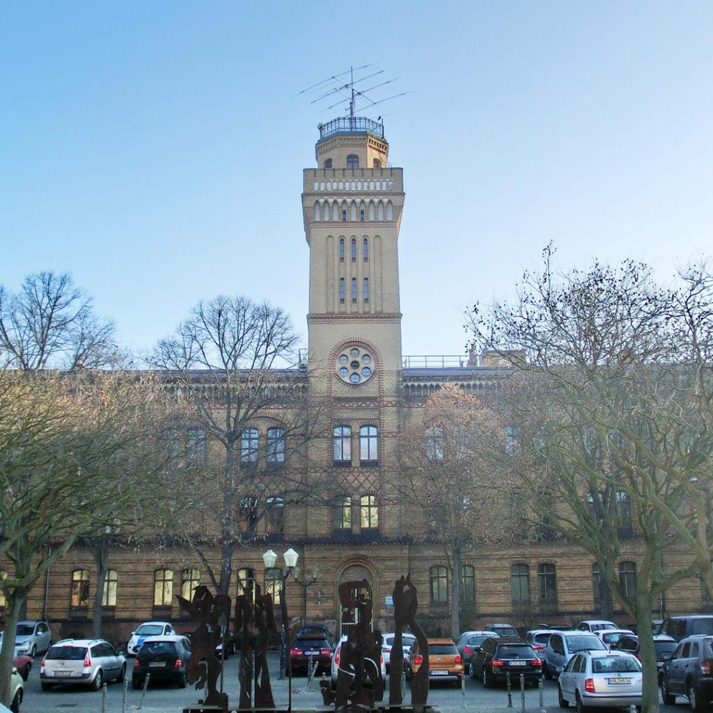"""Die """"Physik"""" besteht aus einem 16,5 Meter hohen Hauptgebäude mit Mittelbau sowie zwei Flügeln und wird von einem hohen Turm um mehr als 16 Meter überragt. ."""