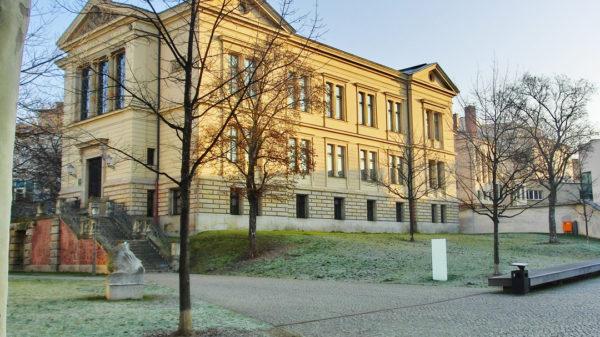 Das ab 1889 erbaute Gebäudes ist Teil des einzigartigen Ensembles des Universitätsplatzes.