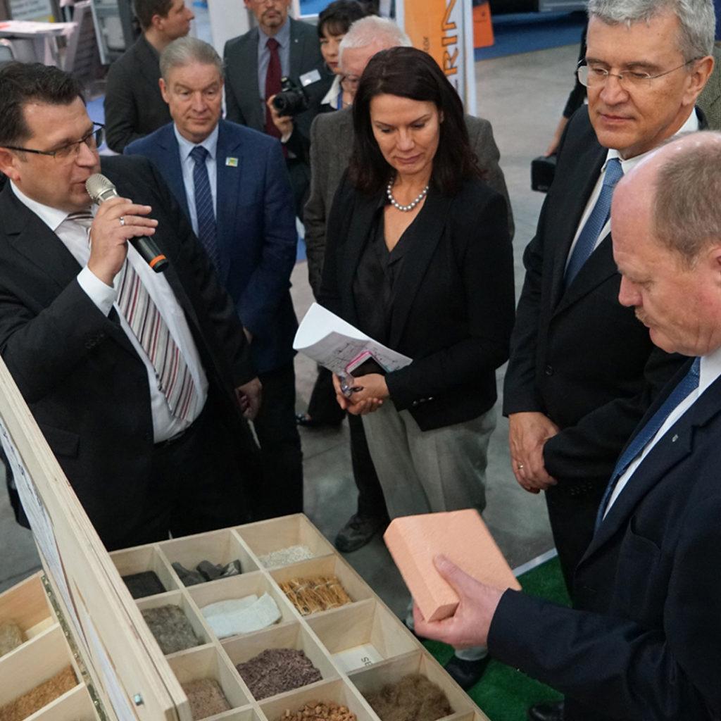 Marko Mühlstein (LENA) stellt Verkehrsminister Thomas Webel natürliche und alternative Baustoffe für energieeffizientes Bauen und Sanieren vor.