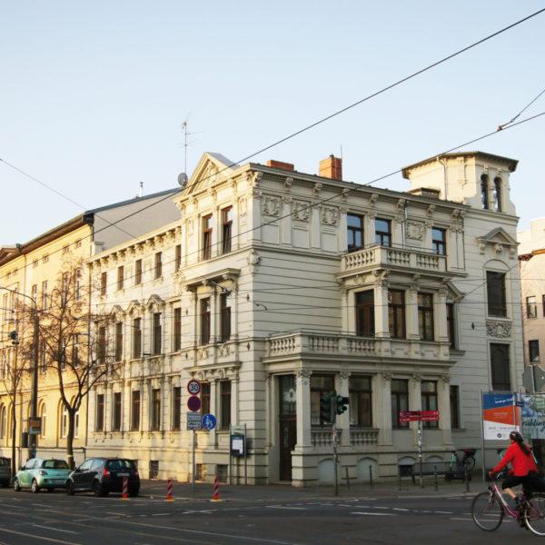 Das gründerzeitliche Wohnhaus Bernburger Straße 8 im neobarocken Stil mit prunkvoller Veranda und repräsentativen Stuck-Ornamenten.