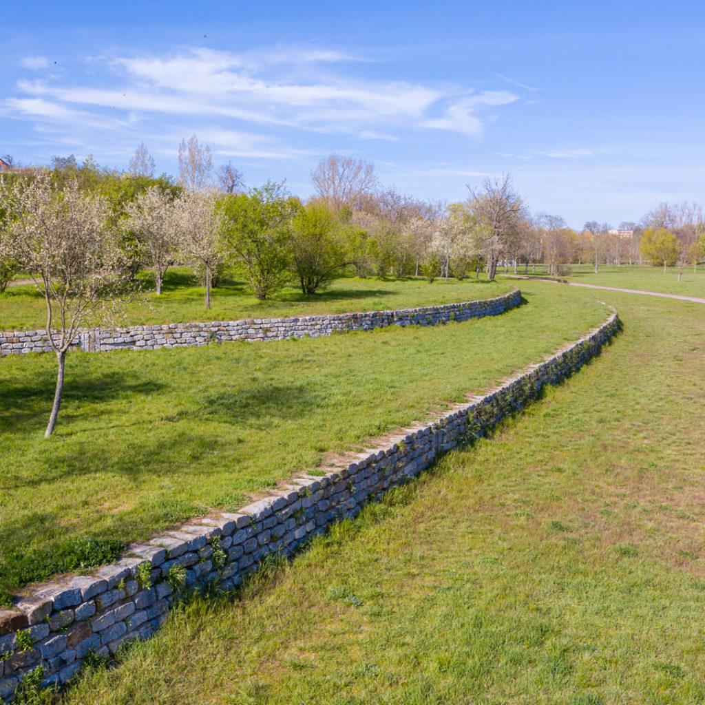 Streuobstwiesen und Terrassen - Die Landschaftsarchitektur greift die historische Nutzung des Wein- und Obstbaus auf.