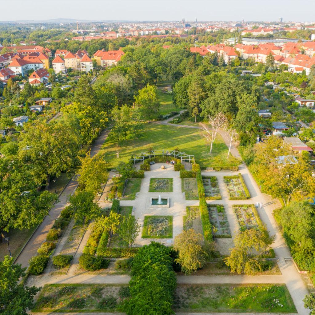 Der vom Gartenarchitekten Franz Mengel entworfene Park ist ein geschickt angelegter, breiter, mittiger Grünzug, der durch die flankierenden Hausgärten und Dauer-Schrebergärten optisch erweitert wird.