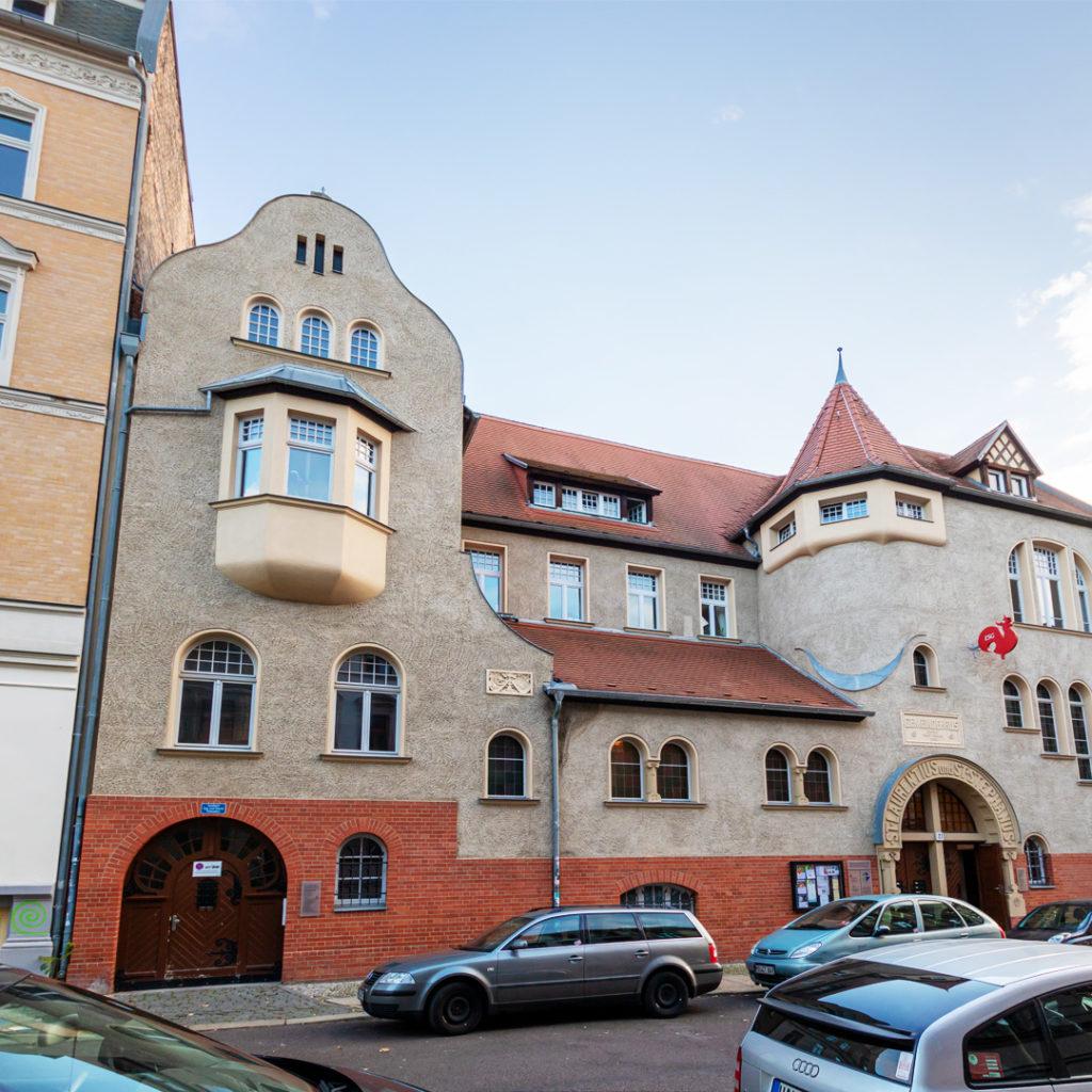 Das ev. Gemeindehaus gehört mit seiner eigenwilligen asymmetrischen Fassade zu den originellsten Leistungen der Reformarchitektur in Halle.