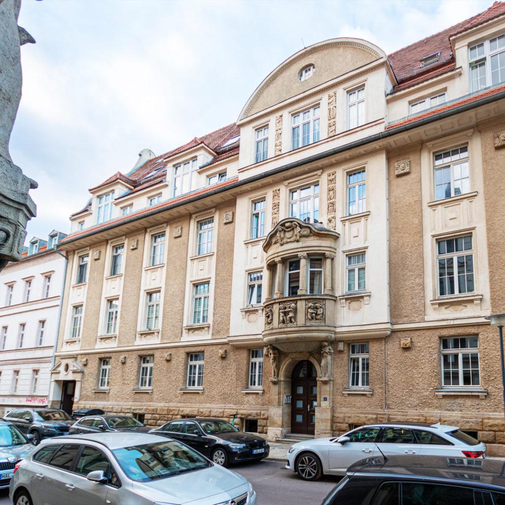 Die ehemalige Urologiche Klinik der Universität am Weidenplan 6 besticht vor allem durch ein mit Figuren geschmücktes Mittelrisalit