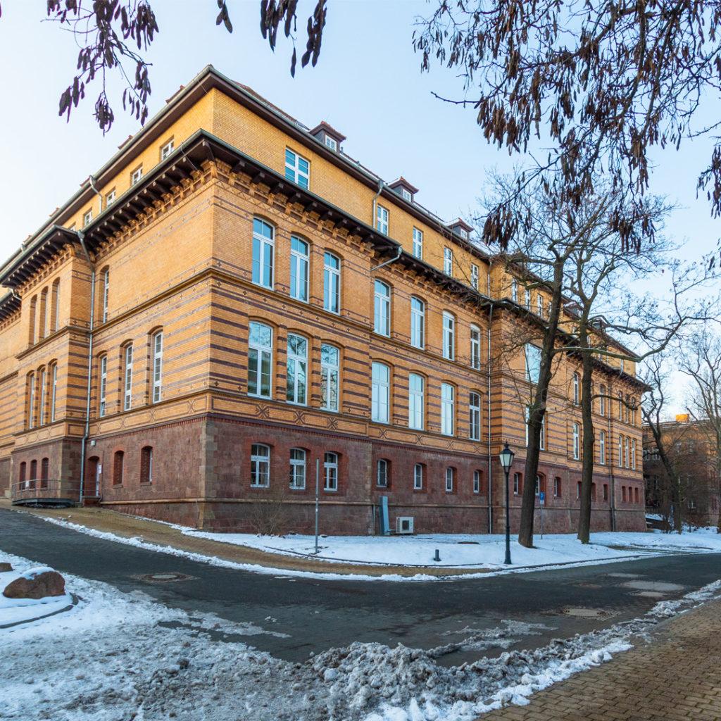 Der Universitätsarchitekt entwarf unter anderem die Institutshäuser der Pathologie, der Augen- und Ohrenklinik, der Nervenklinik und weitere Gebäudeteile des Gesamtkomplexes in Halle.