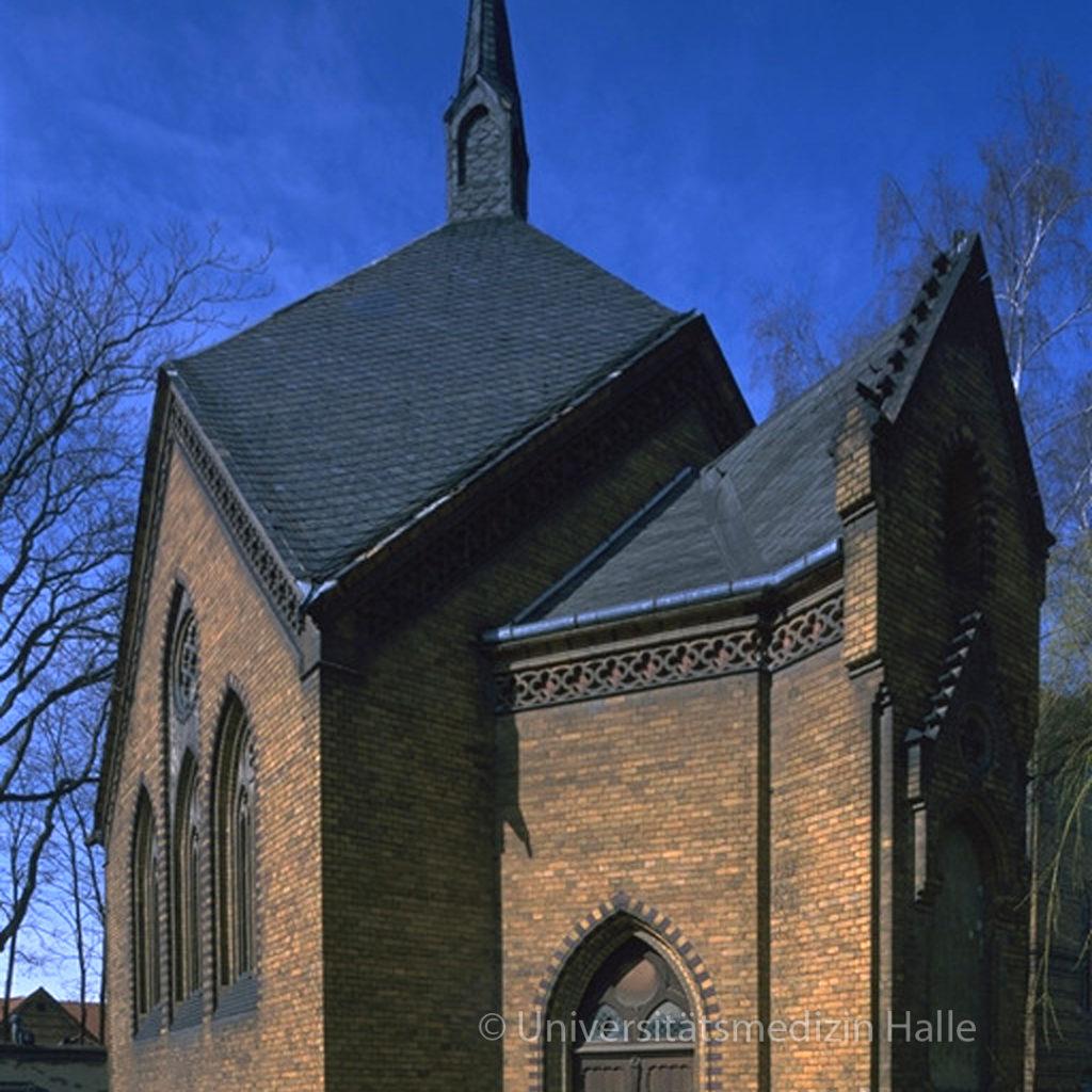 Im Gegensatz zu den Funktionsbauten der Klinik im Neorenaissance-Stil wurde die Kapelle aber im neogotischen Stil geplant