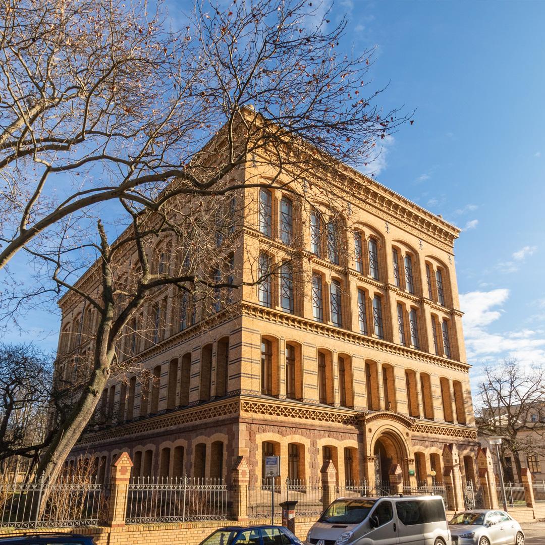 Das beeindruckende Hauptgebäude der Universitäts- und Landesbibliothek Sachsen-Anhalt in der August-Bebel-Straße 50 in Halle.