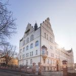 Mit den reich gegliederten Fassaden, verschiedenen Fenstern und differenzierten Baukörpern seiner Schulgebäude setzte sich Carl Rehorst von den bis dato schlichten und rechteckigen Backsteinbauten in Halle ab.