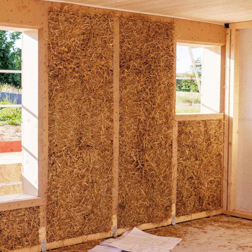 Ökologische Dämmstoffe wie Hanf, Stroh oder Holzfasern kombinieren optimale Wärmedämmung mit wohngesunden Aspekten.